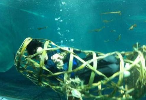 男子下水游泳,发现多具骸骨,吓得语无伦次,当地村民却只笑笑