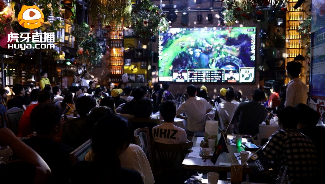 S9总决赛花絮,FPX众选手和骚男成兄弟,线下陪同粉丝共同观战