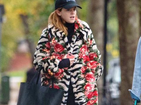 """可爱!""""赫敏""""艾玛·沃特森穿龙虾大衣现身街头,被冻得直打哆嗦"""