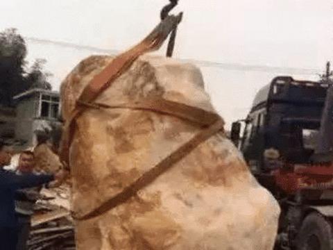 男子花了5年时间将14吨玉石做成了鱼缸,专家:其价值无法估量