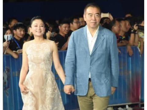陈凯歌带陈红出席某活动,51岁的她女人味十足,越来越美