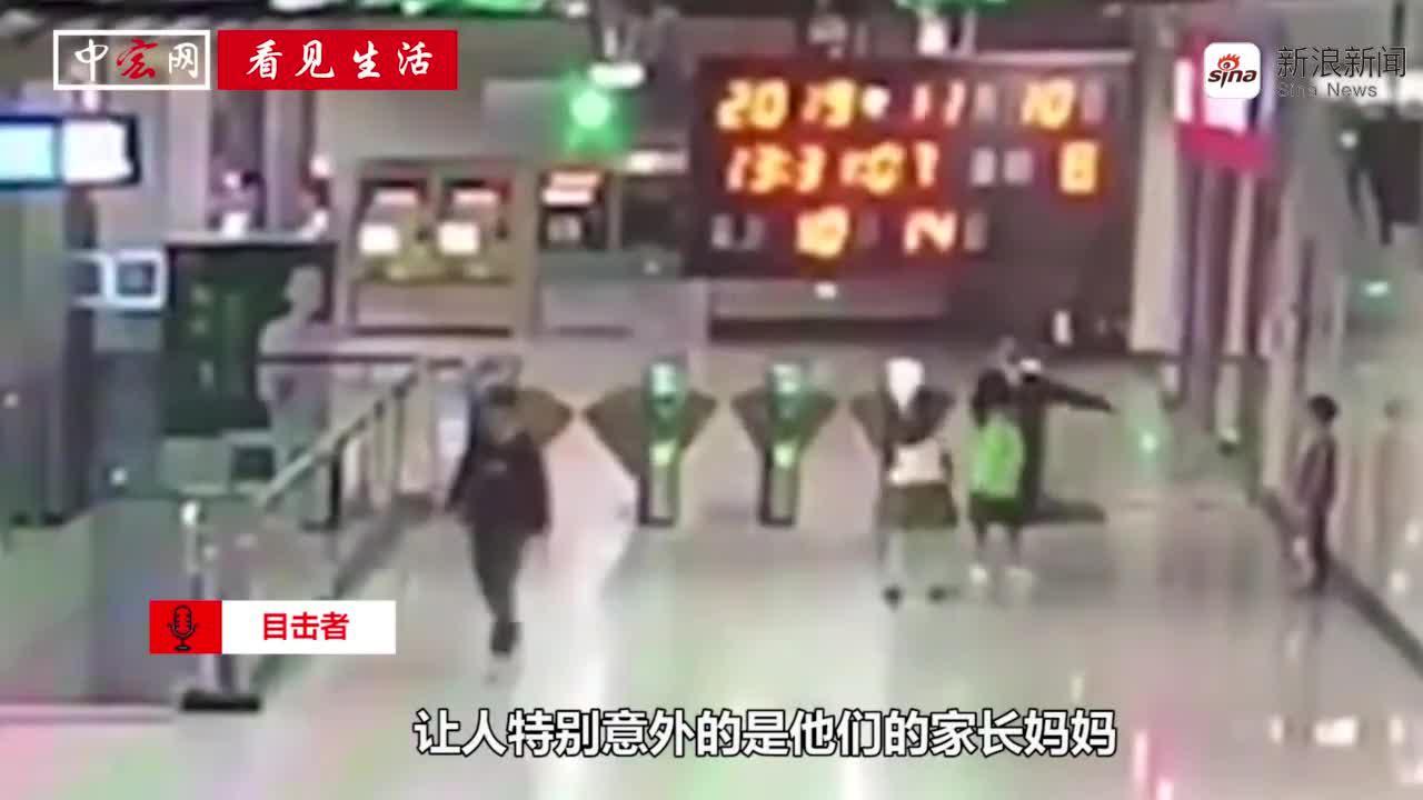 熊孩子们调皮争抢爬电梯被虎妈罚站5分钟
