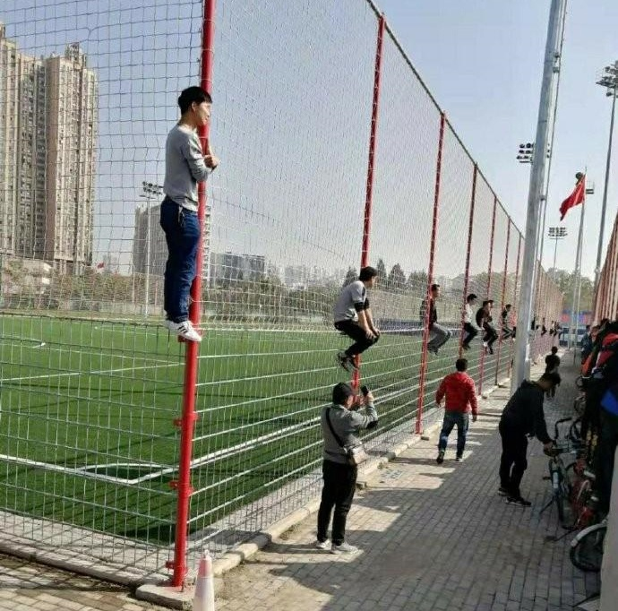 最可爱的球迷!国足选拔队热身赛不卖票,球迷上演各种花式看球法
