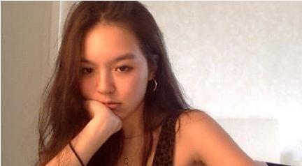 李咏17岁女儿法图麦晒自拍:穿着清凉秀身材,女神范儿十足!