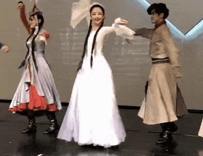 陈思诚探班妻子舞台剧力破婚变说法,佟丽娅白衣银冠颜值逆天