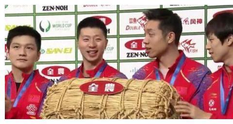 世乒赛冠军颁奖太儿戏,发袋大米是算奖品?还是别有用意呢?