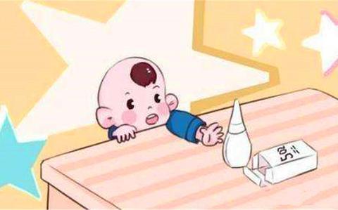 2岁宝宝误食502胶水,妈妈临危不乱的明智做法,医生都竖起大拇指