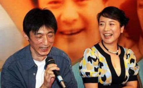 50岁陈小艺露面,丈夫一手捧红了张嘉译,如今和老公一起捧红儿子