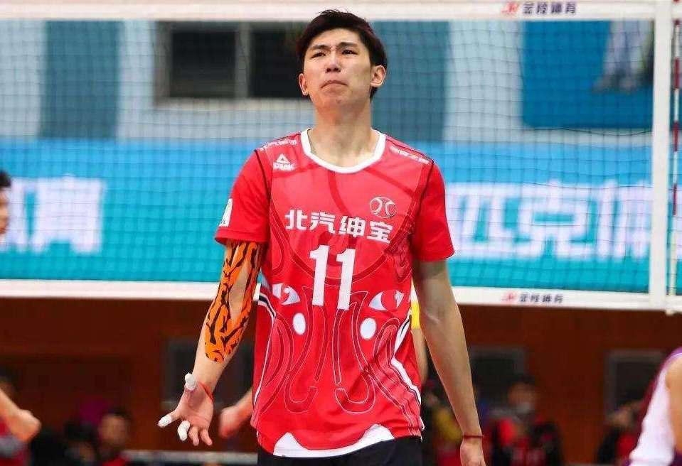 """备战奥运资格,25岁男排""""朱婷""""任队长,率18人集训期待绝处逢生"""