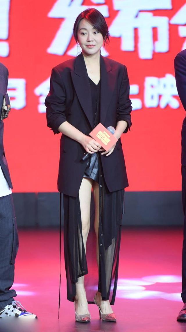 48岁闫妮太会穿了!西装配透视裙性感十足,皮肤白皙不输43岁赵薇