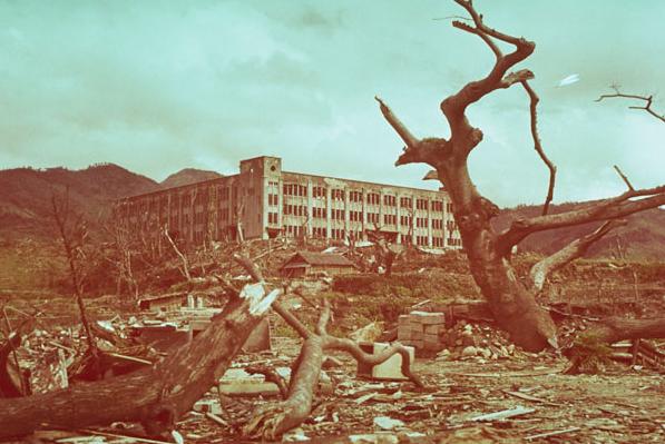 广岛长崎地上的人影,是美国原子弹留下的痕迹,为何74年还不消散