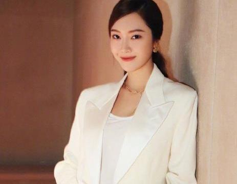 郑秀妍时装周美照,白色西装清爽干练