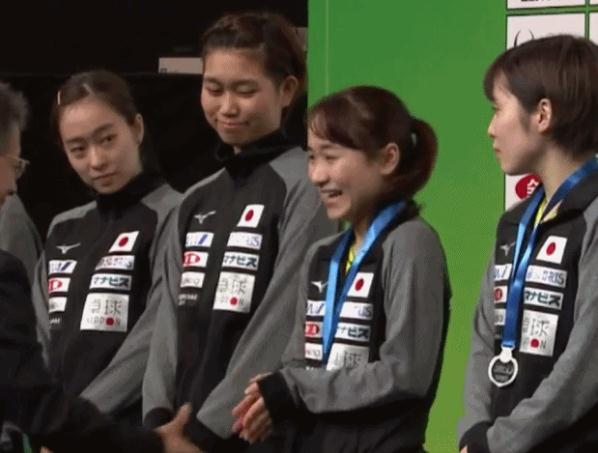 伊藤美诚领奖时,表情是哭还是笑?石川佳纯平野美宇都伸头在看
