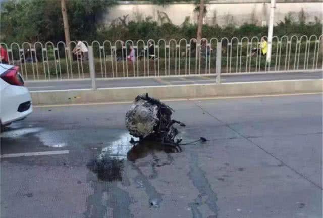 思域发生事故,发动机被撞飞5米远,网友:继续糊弄啊
