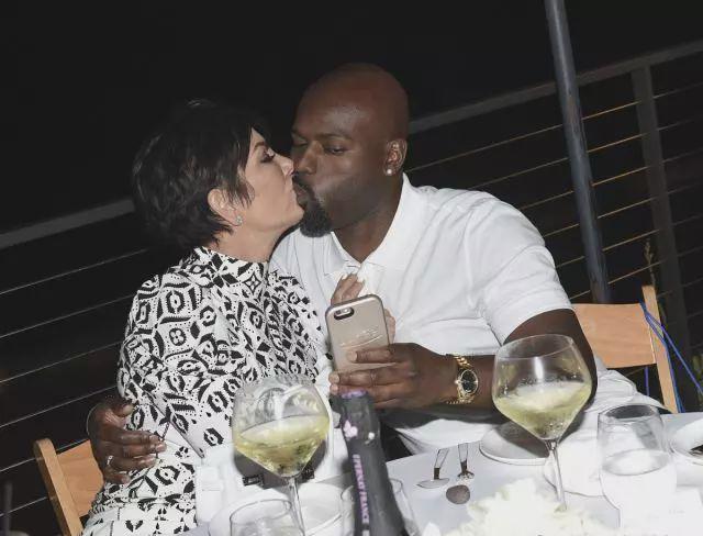 """63岁卡戴珊老妈谈恋爱,黑人男友38岁,5个女儿都爱""""黑人"""""""