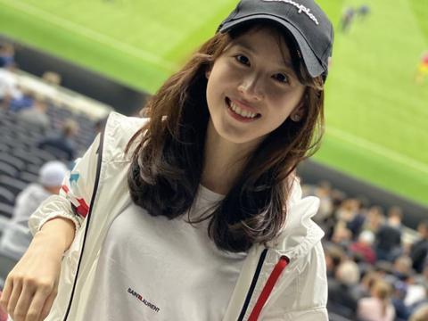 章泽天近照曝光,她与剑桥同学参加比赛,身穿职业套装略显成熟