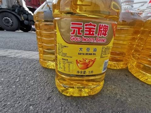忻州:货车发生事故,上百桶食用油跌落在公路上
