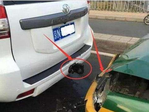 """私家车非法改装""""流氓钩"""",被后车追尾,哪一方负责?"""