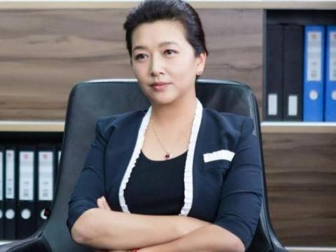 """51岁江珊近照,36岁丈夫比靳东还要帅,是女儿特满意的""""继父"""""""