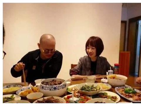 李连杰请客吃饭,桌上的肉看似普通,说了价格鲁豫放下了筷子!