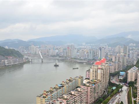 这座城市背靠大山,旅游业发展较好,人均GDP却很低