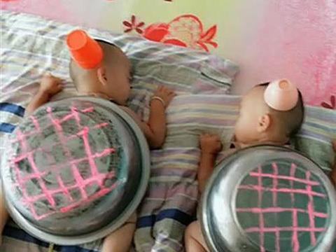 """爸爸恶搞双胞胎儿子,将儿子打扮成""""龟丞相"""",妈妈看后无法淡定"""