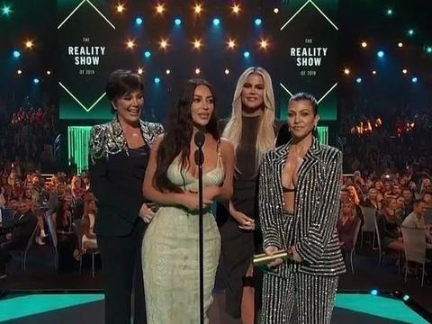 卡戴珊母女四人颁发人民选择奖,科勒卡戴珊一身黑色look,太抢镜