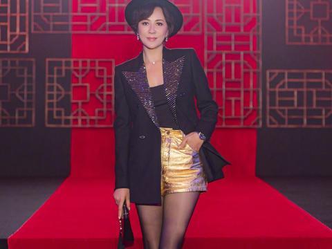 刘嘉玲太拼了,穿西装短裤配黑色丝袜,大秀美腿一点不像54岁