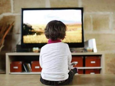 孩子小于这年龄看电视,长大后摆脱不了戴眼镜的命运