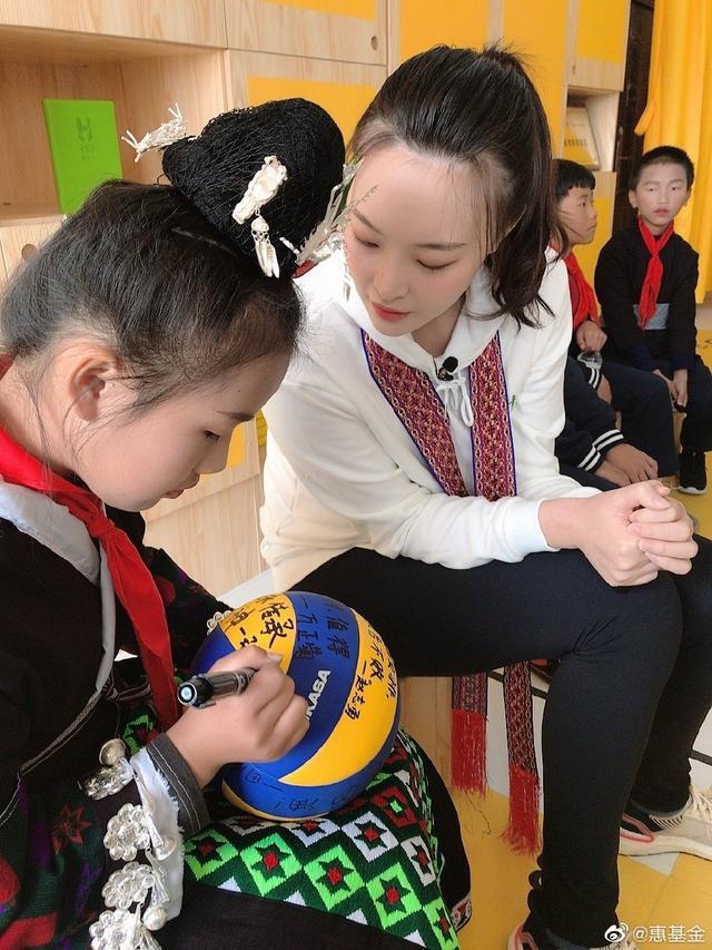 人美心善!女排美女队长携手两名队友,一同参加山区小学公益活动