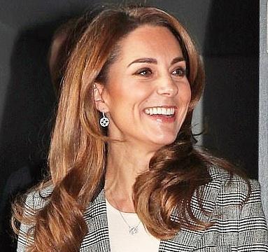 凯特王妃穿九分裤太显腿短,栗色裤装配格纹西装,哪有带货王妃范