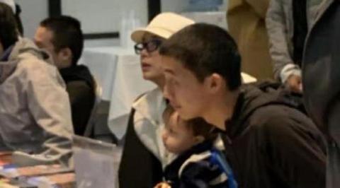 50岁蒋雯丽和18岁大儿子罕见同框,儿子完全继承父亲的样貌