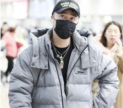 蒋劲夫退出娱乐圈后生活依旧奢侈,戴口罩现身机场非常潇洒