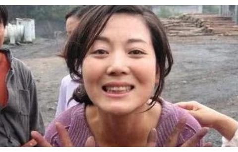 48岁王茜华近照太美,离婚后勇敢追爱,老公太帅自己经常吃醋!