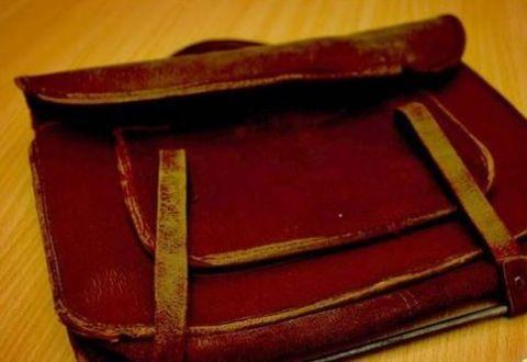 女教师无意间发现一旧书包,打开书包后,结局让人意外了
