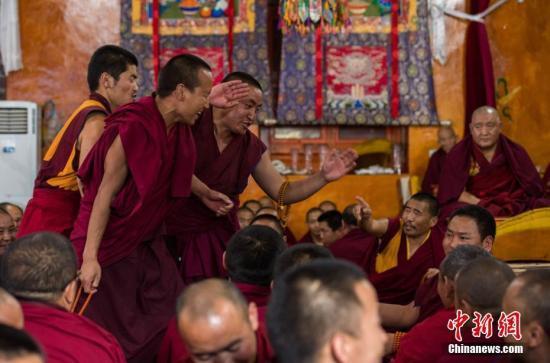 青海首次正式认定藏传佛教寺院经师 340名经师获颁证书