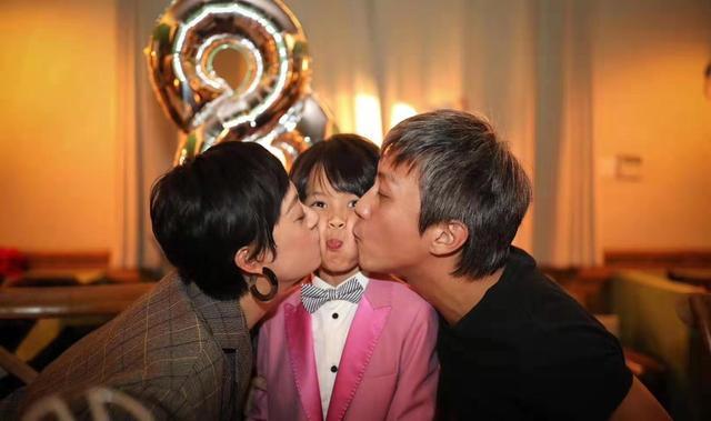 邓超夫妇为儿子庆生,8岁等等粉色西装出镜,脸被亲变形
