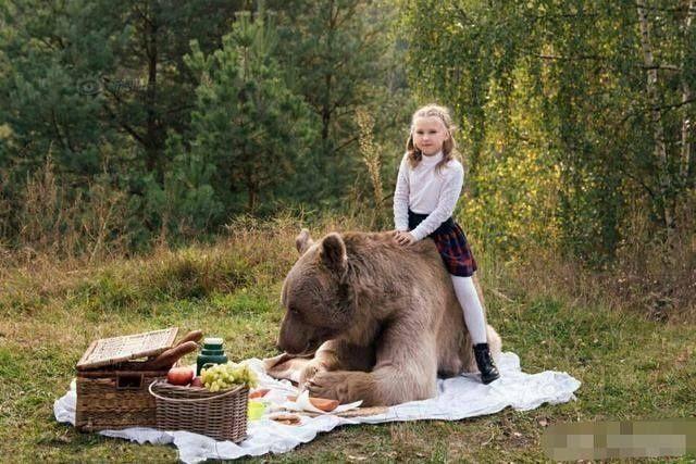 这位7岁女孩过生日,老妈送一棕熊做礼物,玩耍时却显得异样和谐
