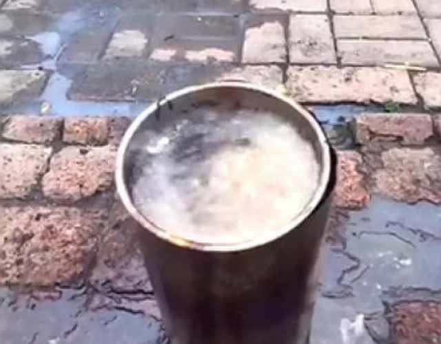 女子肥猪肉练出大半桶油,好奇撒下一把米,下一秒景象惊喜来了