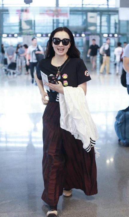 47岁小陶虹素颜现身,笑容灿烂如少女,打破脸僵定律,一脸旺夫相