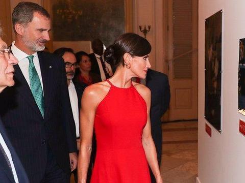 西班牙王后美得令人心动!穿中国红挂脖裙秀巴掌腰,凯特都得服气