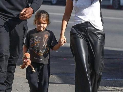 考特尼·卡戴珊穿阔腿皮裤很潇洒,被穿米老鼠吊带裤的女儿抢镜