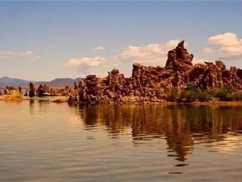 这个湖世界少有,湖中满是玛瑙宝石,却被本地人当成普通石头