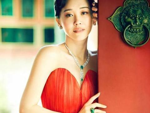 许晴赤焰红裙迷人亮相!小露香肩肤白貌美根本不像50岁