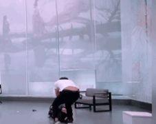 牛俊峰发疯式表演引争议,为秀演技暴打对手拖行数米