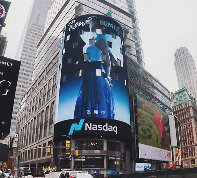 侯佩岑背12万香奈儿包包,美出新高度,登纽约时代广场大屏幕!