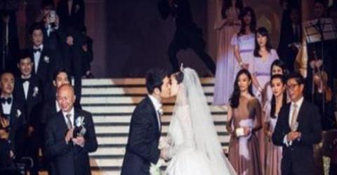 黄晓明世纪婚礼请不来她,她却素颜参加朱亚文婚礼