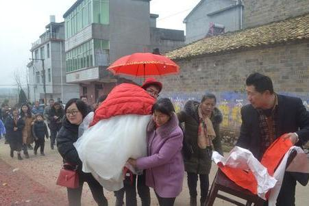 明明酒店更方便,农村人办红白喜事却选择在家,是因为贵吗?