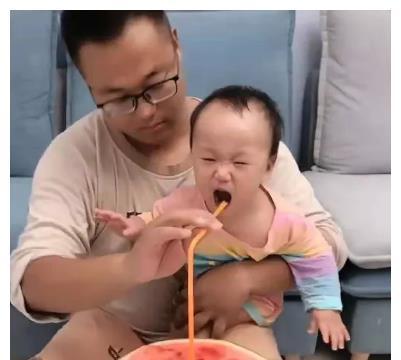 宝宝不喝奶,爸爸用吸管解决问题,吸管的另一端才是亮点