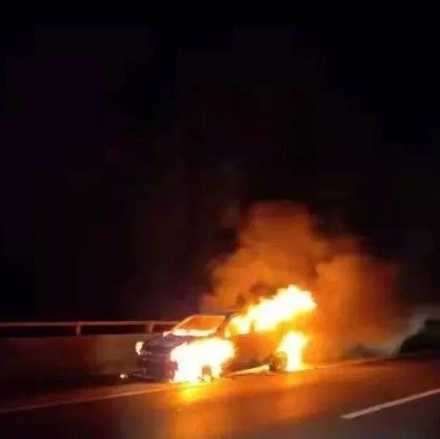 昭通高速路上两起汽车发生自燃,浓烟滚滚!幸好交警及时赶到!